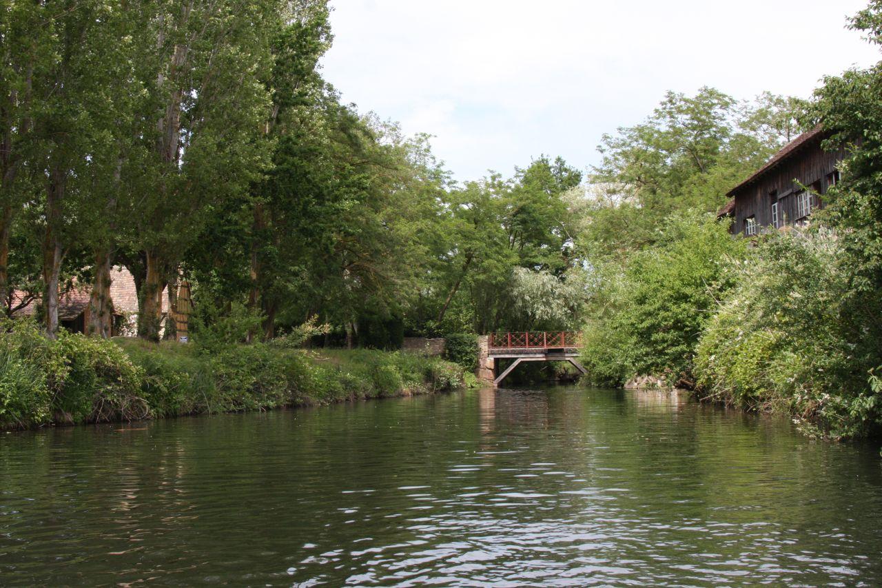 Der neu angelegte Fluss im Écomusée d'Alsace. Blick von der Anlegestelle Nymphée.