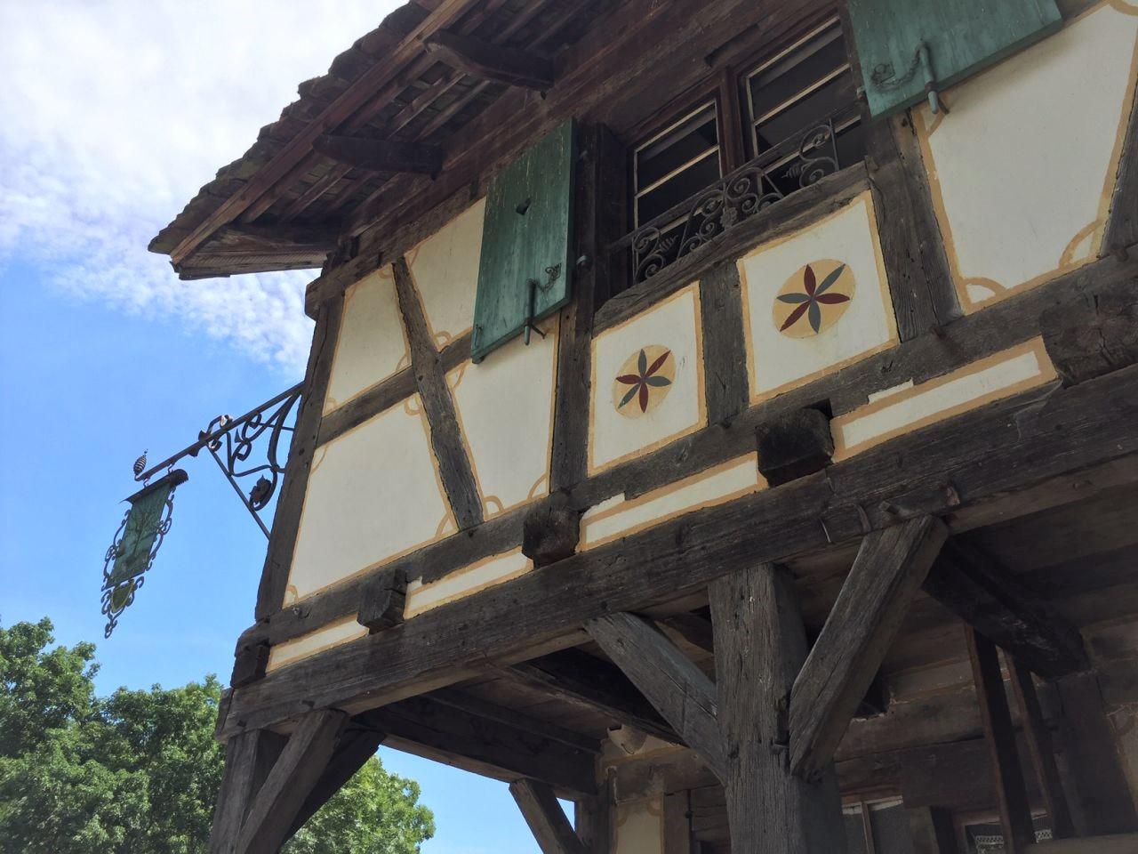 Detail des Fachwerks und des Nasenschild vom Winzerhaus Hésingue im Écomusée d'Alsace.