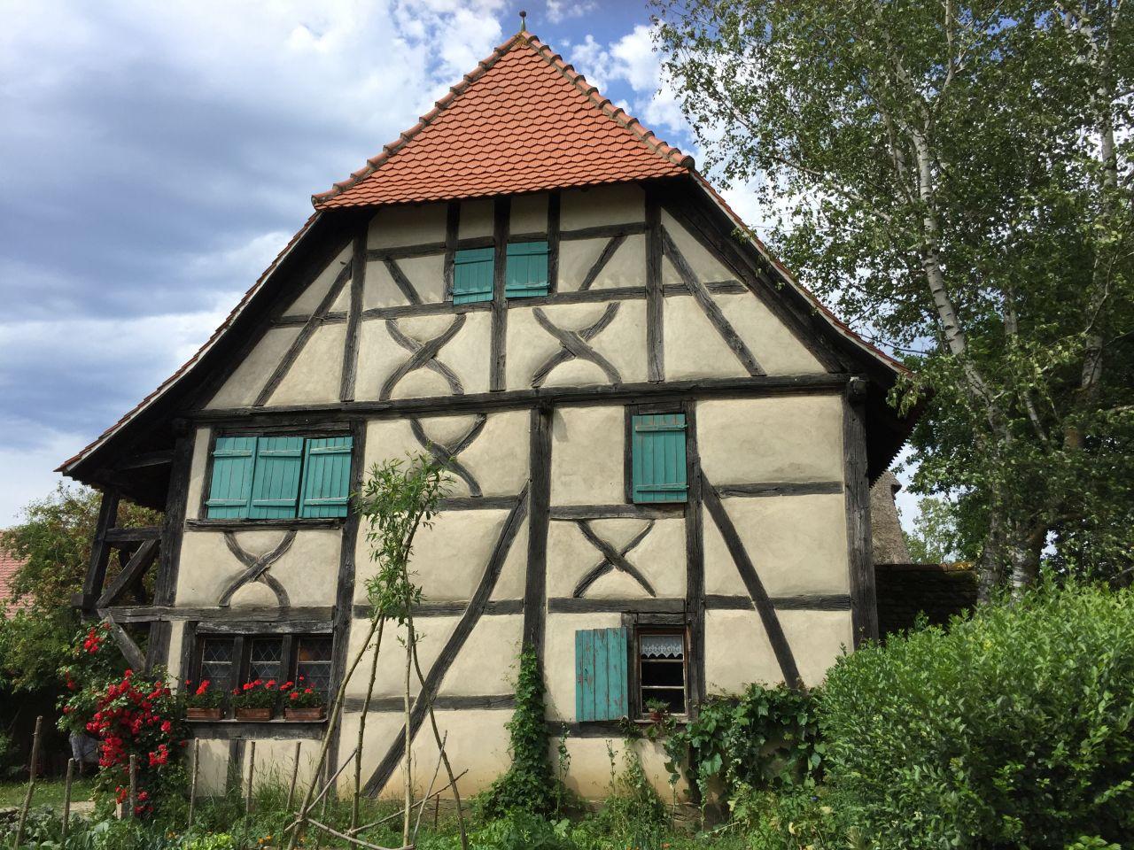 das dreistoeckige Fachwerkhaus von Gommersdorf im Écomusée d'Alsace.