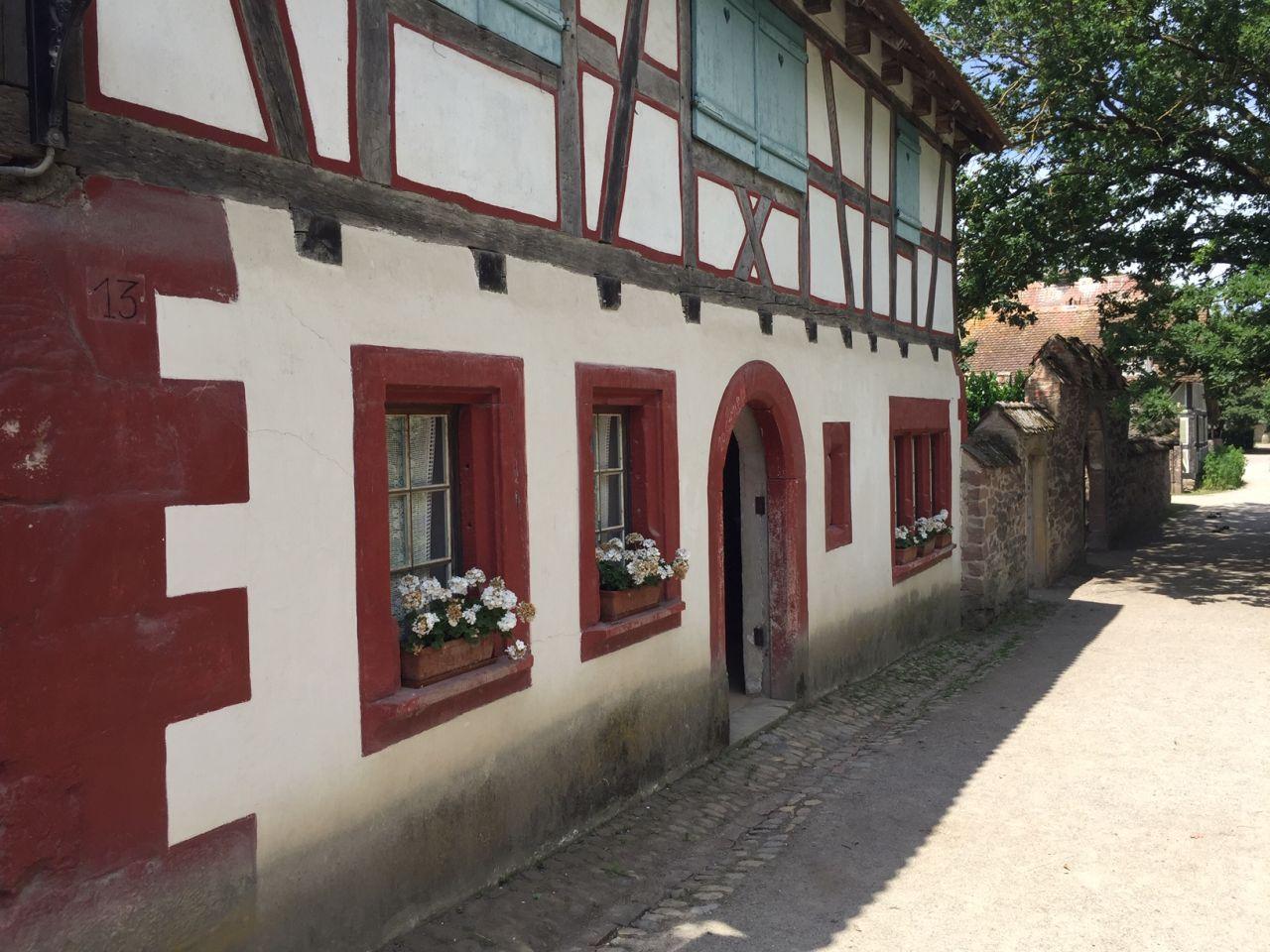 Das unten gemauerte und oben aus Fachwerk bestehende Gehoeft von Rumersheim steht im Écomusée d'Alsace.