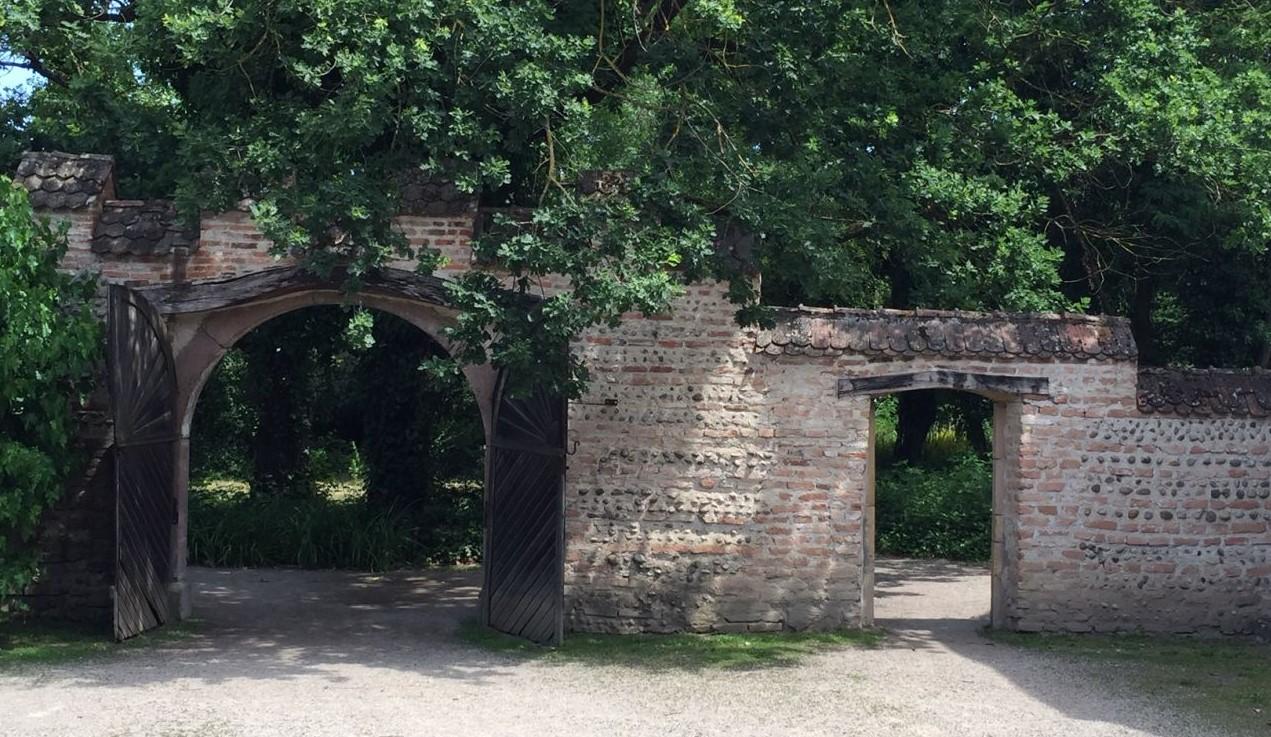 Tor und Mauer des umfriedeten Gehoefts von Rumersheim im Écomusée d'Alsace.