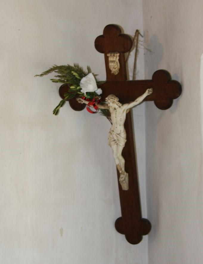 Typischer Herrgottswinkel mit Kruzifix im Écomusée d'Alsace