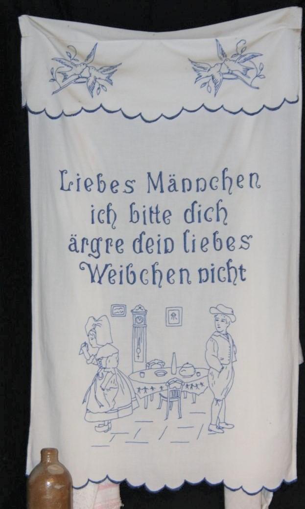 gestickter Spruch: Liebes Maennchen ich bitte dich, aergre dein liebes Weibchen nicht auf einem Waeschestueck im Écomusée d'Alsace
