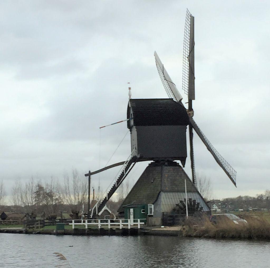 Muehle de Blokker am Kinderdijk in den Niederlanden. Deutlich zu erkennen ist das außen angebrachte Wasserrad.