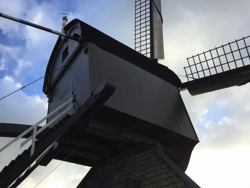Nahaufnahme des Muehlenkastens der Museumsmuehle de Blokker auf dem Kinderdijk in den Niederlanden