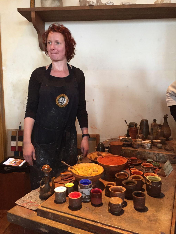 Donnée Festen gibt den Besuchern des Rembrandthauses einen umfassenden Einblick in die Herstellung der Farben im 17. Jahrhundert