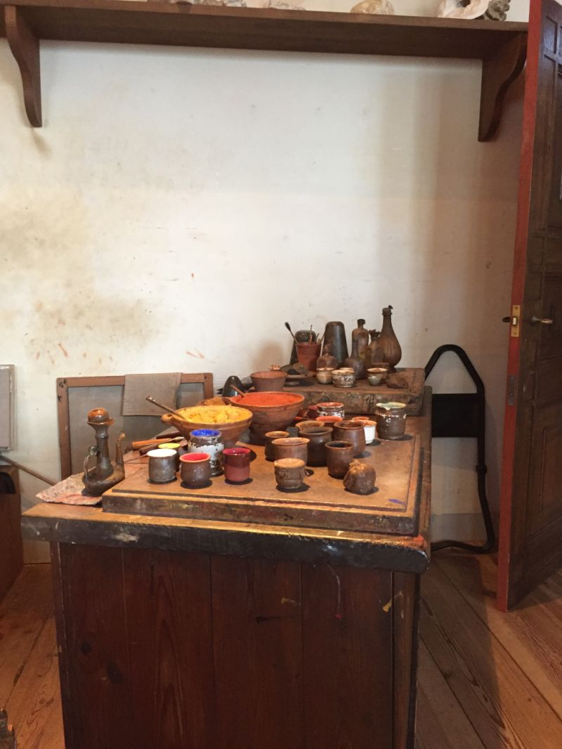 Tisch mit allerlei Frabpigmenten in Rembrandts Studio im Museum Rembrandthaus in Amsterdam