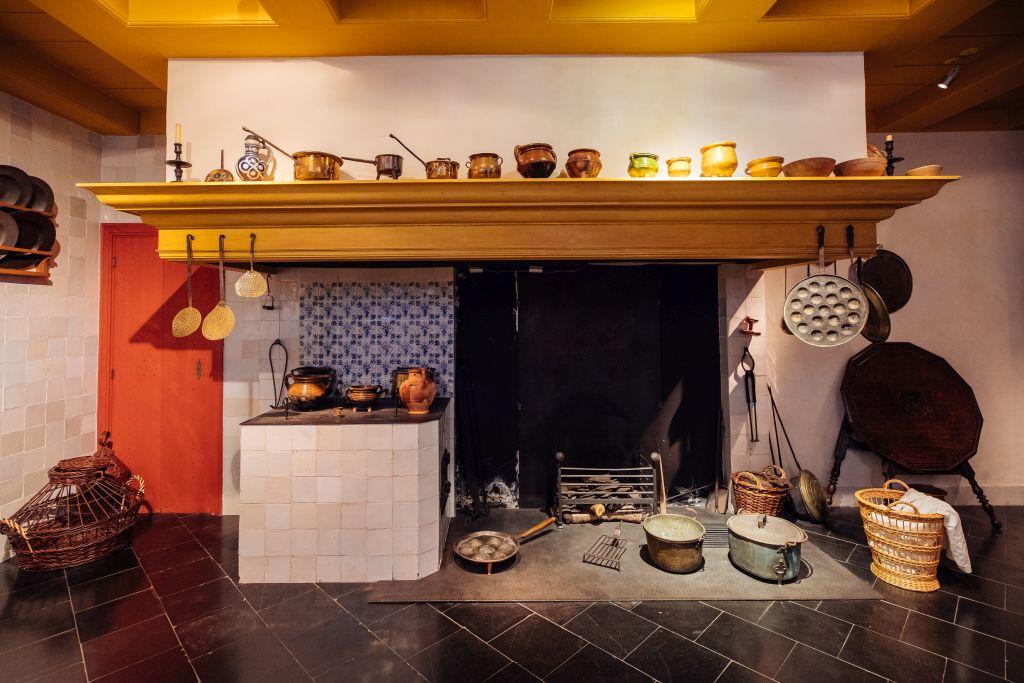 Küche mit Kamin im Museum Rembrandthaus in Amsterdam
