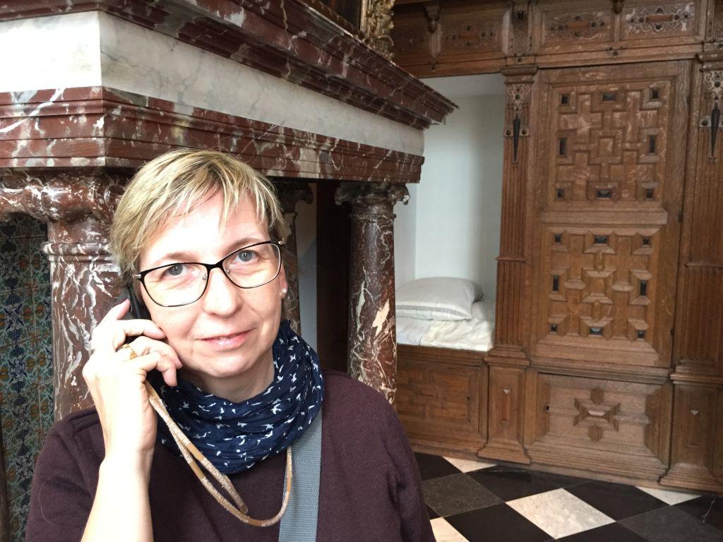 Empfangsraum mit Gaestebett im Rembrandthaus in Amsterdam. Die Kaminumrandung ist kein echter Marmor, sondern nur aufgemalt.