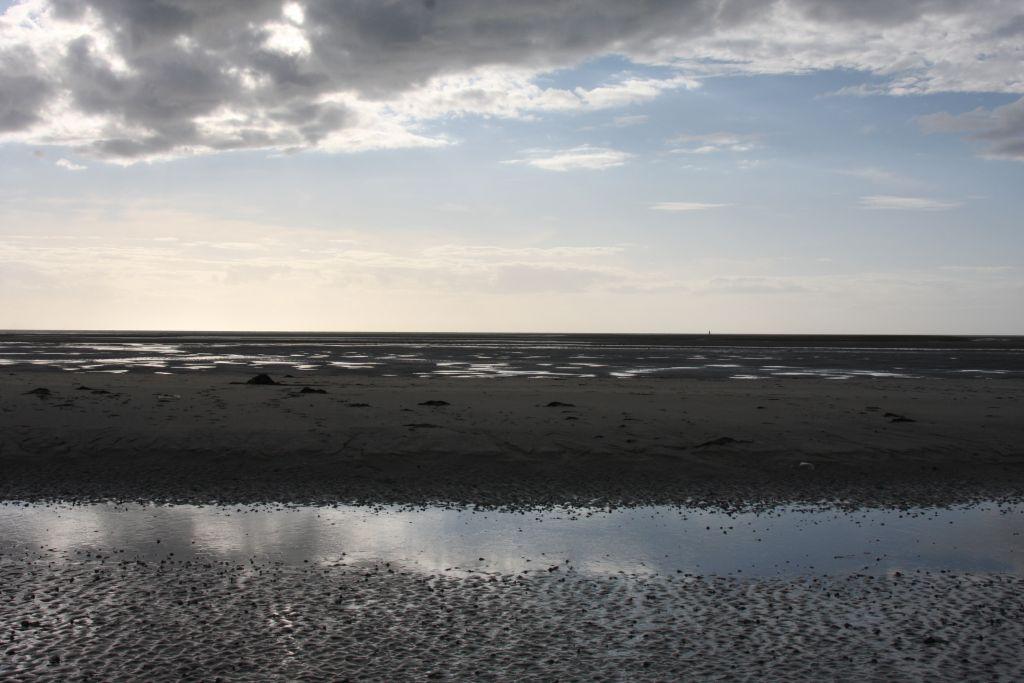 Ebbe an der Kueste des Cotentin in der Normandie